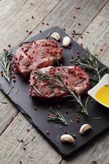 Carne cruda con hierbas y especias