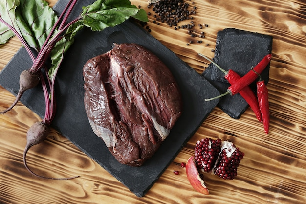 Carne cruda con ingredientes para cocinar