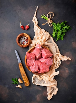Carne cruda picada con especias sobre fondo oxidado