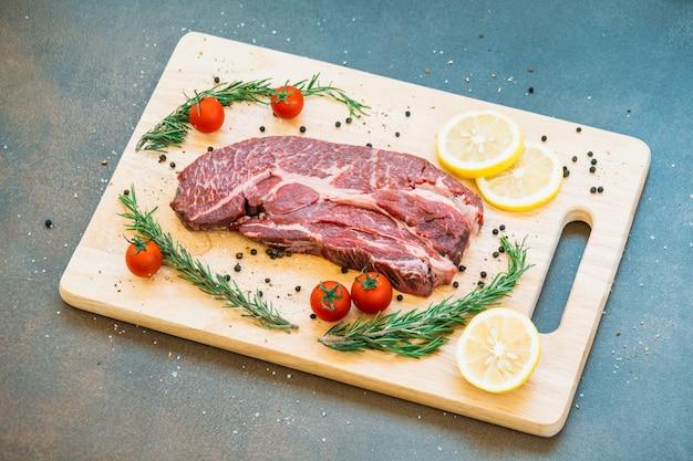 Carne cruda de res en tabla de cortar