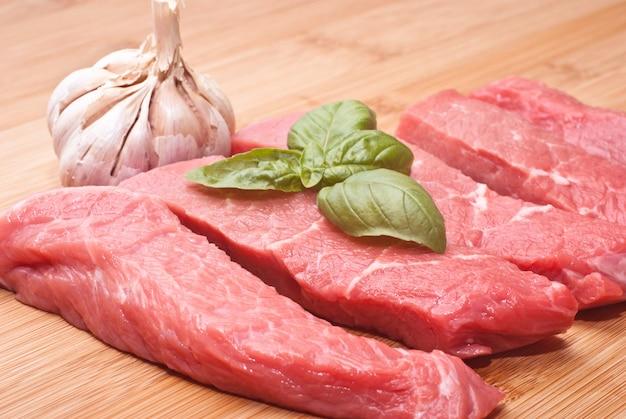 Carne cruda en tabla de cortar