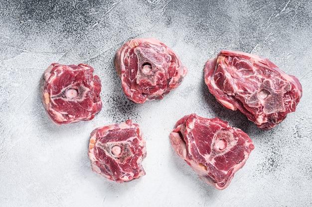 Carne de cuello de cordero cruda en la mesa de cocción.