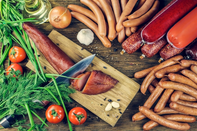 Carne. embutidos, rebanadas de carpaccio, sobre una mesa de madera cortada con cuchillo.