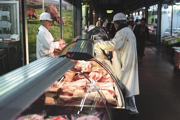 Carne en escaparate en el mercado de la carne