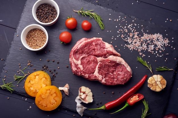 Carne fresca y cruda. costillas y chuletas de cerdo crudas, con especias, pimienta y sal.