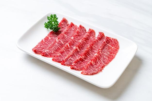 Carne fresca cruda en rodajas con textura de mármol