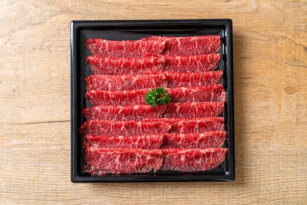 Carne fresca cruda en rodajas con textura marmolada