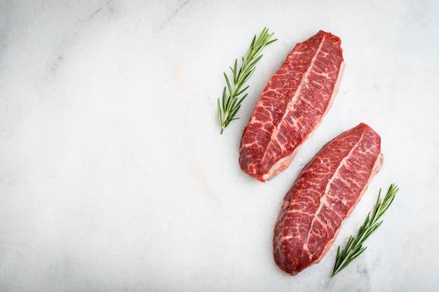 Carne fresca cruda top blade filetes.