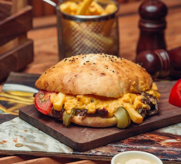 Carne frita con queso bajo pan de pita