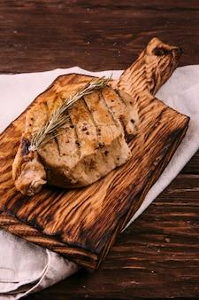 Carne frita sobre un fondo de madera