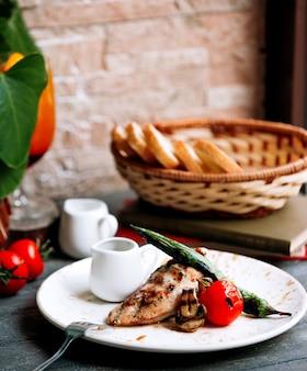 Carne frita con verduras y pan.