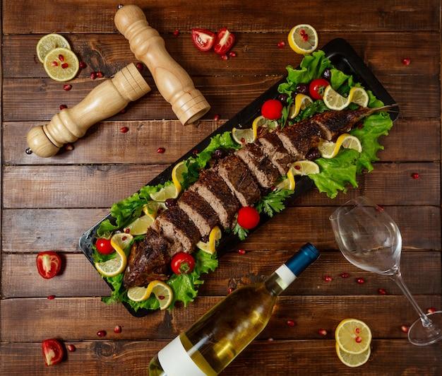 Carne frita en la vista de la mesa