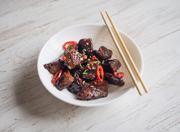 Carne de mongolia. carne crujiente en salsa dulce y pegajosa.