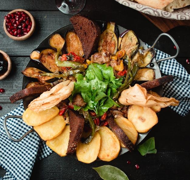 Carne papas vegetales cocidos al carbón