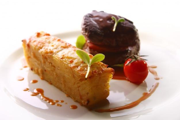 Carne a la parrilla servida en un estilo gourmet