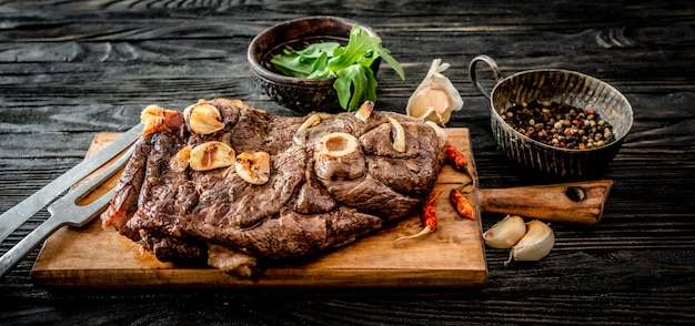 Carne a la parrilla sobre una mesa