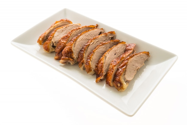 Carne de pato a la plancha en la placa blanca