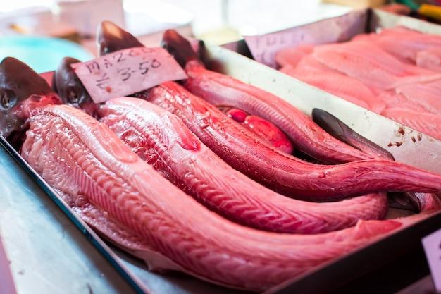 Carne de pescado rojo en el mercado de pescado