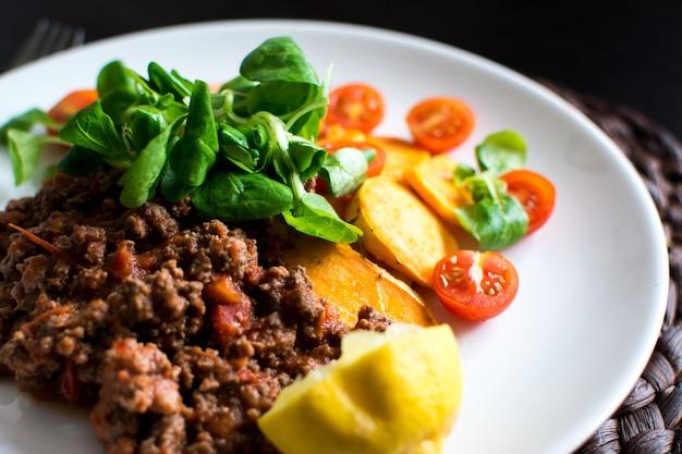 Carne picada con batatas asadas y ensalada