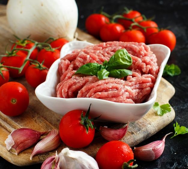 Carne picada en un bol con verduras y especias