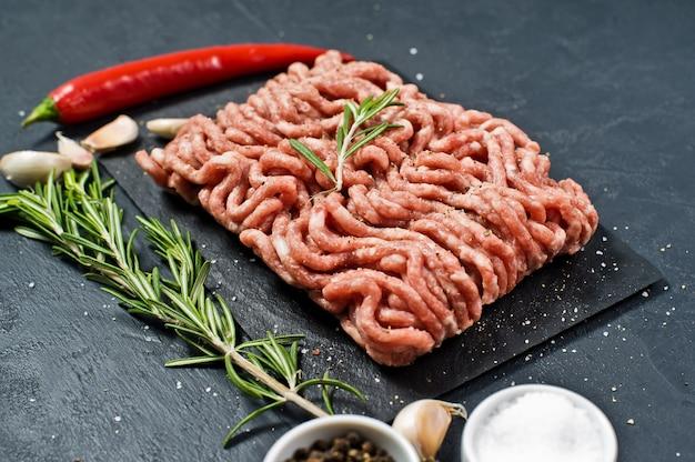 Carne picada cruda en un tablero de piedra.