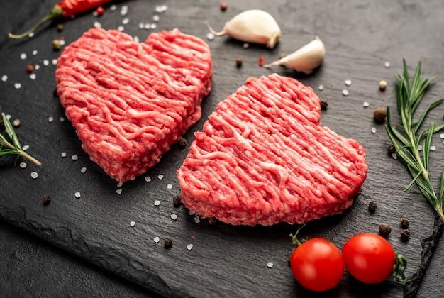 Carne picada en forma de corazón sobre un fondo de piedra