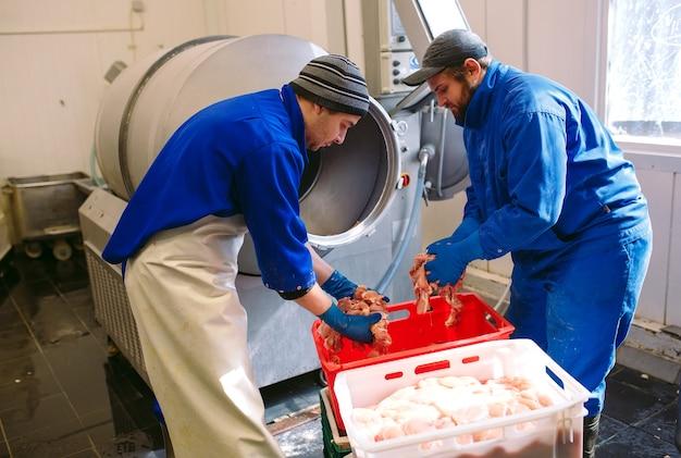 La carne en la picadora, la industria cárnica.