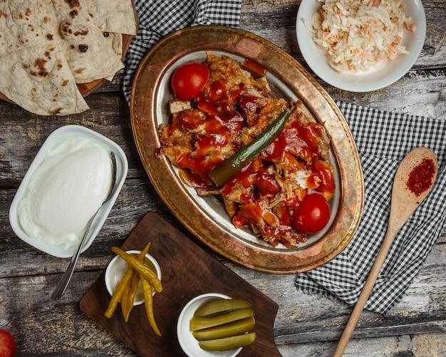 Carne de pollo cubierta con salsa de tomate y pimiento verde
