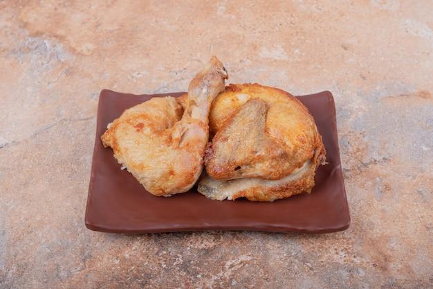 Carne de pollo frito en un plato de cerámica