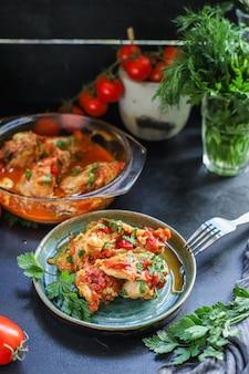 Carne de pollo salsa de tomate chakhokhbili trozo de verduras trozos fritos