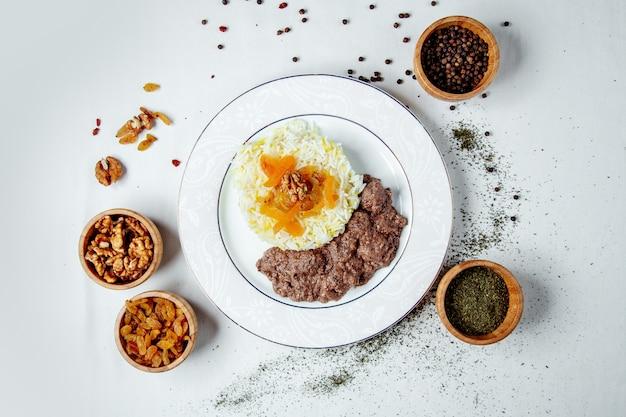 Carne rellena frita con arroz y especias.