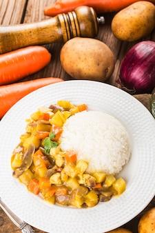 Carne de res al curry con arroz
