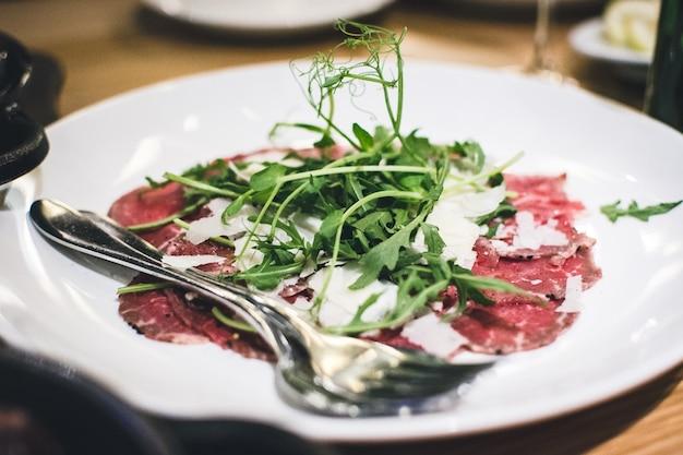 Carne de res bresaola con parmesano y rúcula