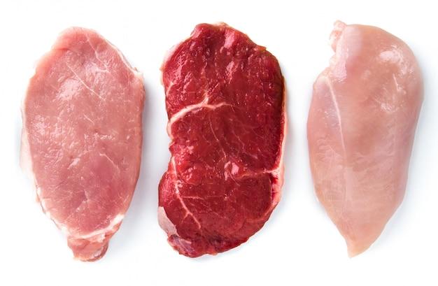 Carne de res, cerdo, pollo, aislado en blanco.