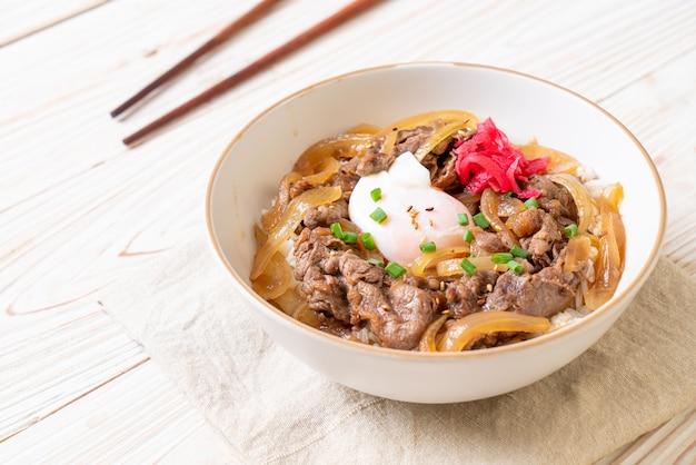 Carne de res cortada en arroz cubierto (gyuu-don)