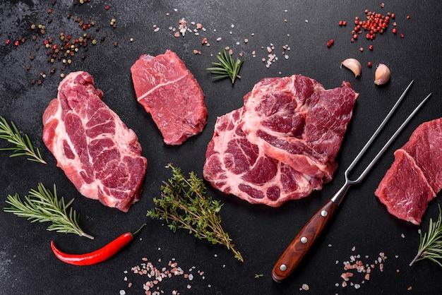 Carne de res cruda fresca para hacer un delicioso bistec jugoso con especias y hierbas. preparación para carnes a la brasa