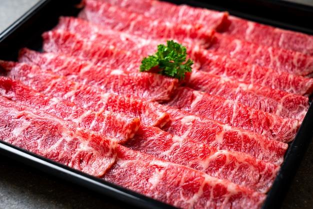 Carne de res fresca cruda en rodajas con textura de mármol
