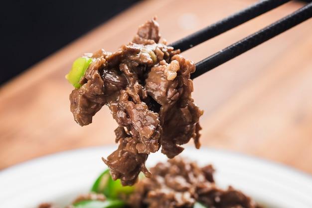 Carne de res frita con pimiento verde