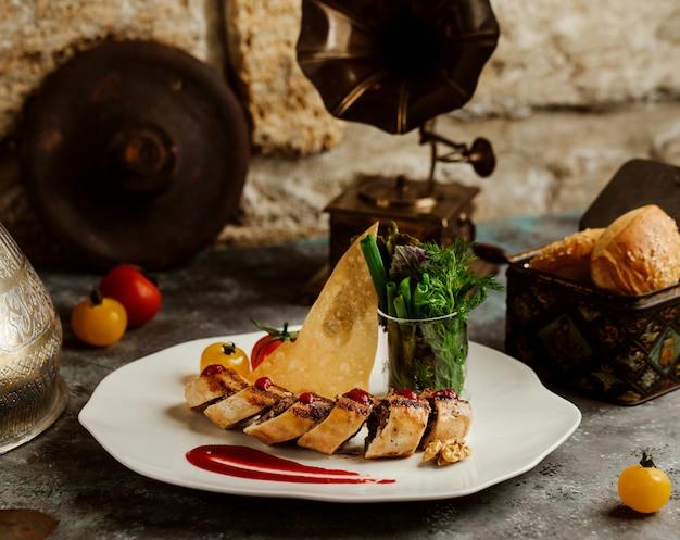 Carne de res picada envuelta en crepe, servida con pan plano crujiente y hierbas frescas