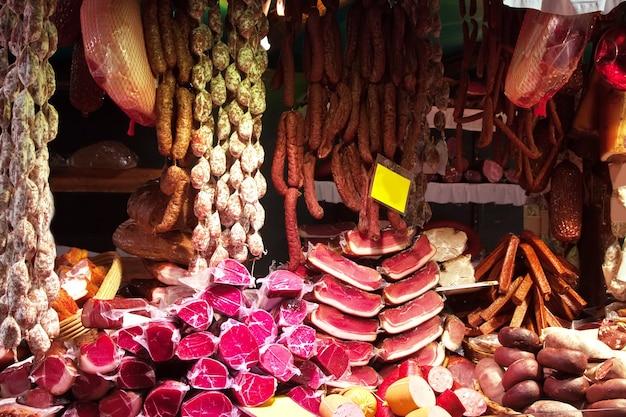 Carne y salchichas en el mercado