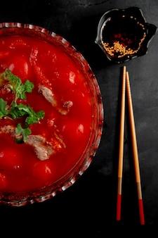 Carne con salsa de tomate en mesas negras