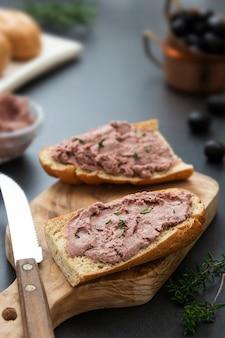 Carne sándwich de paté de hígado de pollo o cerdo sobre rebanadas de pan integral