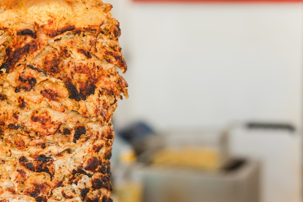 La carne de shawarma se corta