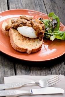 Carne de vaca en curry y huevo benedict sanwich
