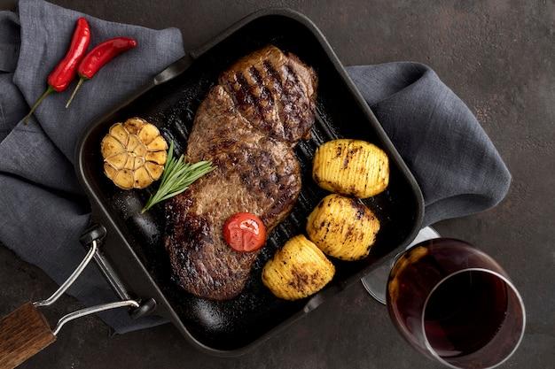 Carnes a la brasa con verduras y vino
