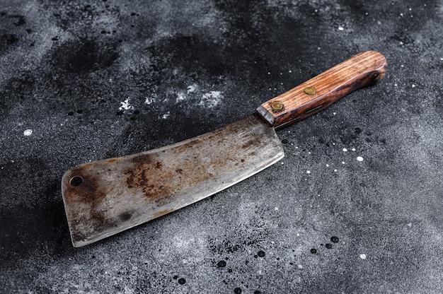 Carnicero vintage con mango de madera. superficie negra. vista superior. copia espacio