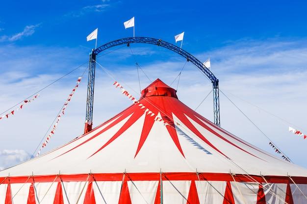 Carpa de circo bajo un cielo azul