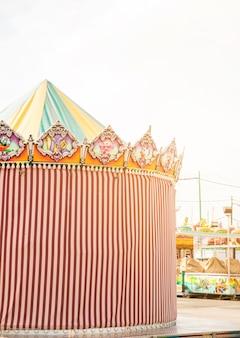 Carpa decorativa a rayas en el parque de atracciones.