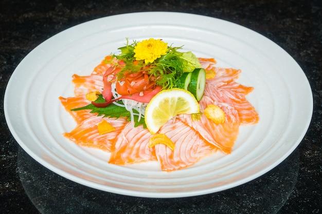 Carpaccio de salmón en plato blanco