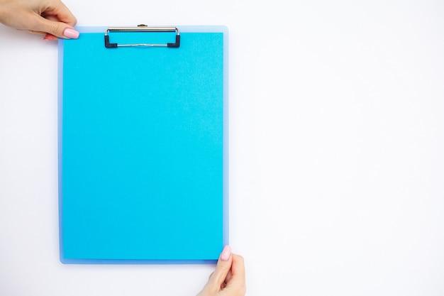 Carpeta en blanco con papel azul.